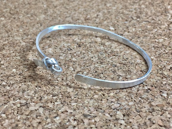 サン結び腕輪-鍛造仕上げ – 純銀 –