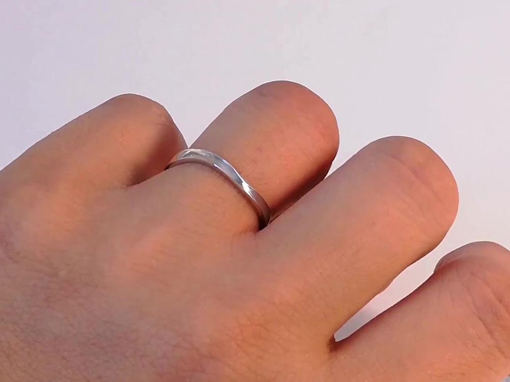 指輪装着男性
